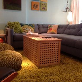 ロサンゼルスの中サイズのコンテンポラリースタイルのおしゃれなファミリールーム (ゲームルーム、青い壁、淡色無垢フローリング、標準型暖炉、レンガの暖炉まわり、壁掛け型テレビ) の写真