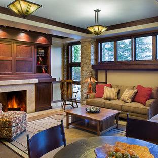 Esempio di un soggiorno stile americano chiuso con pareti beige, camino classico, cornice del camino in pietra e TV nascosta