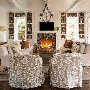 ダラスのトラディショナルスタイルのおしゃれなファミリールーム (濃色無垢フローリング、標準型暖炉、壁掛け型テレビ、白い壁、石材の暖炉まわり) の写真