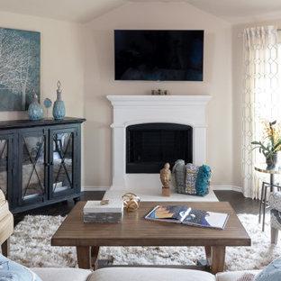 ダラスの広いトランジショナルスタイルのおしゃれなオープンリビング (ベージュの壁、濃色無垢フローリング、コーナー設置型暖炉、壁掛け型テレビ、茶色い床) の写真
