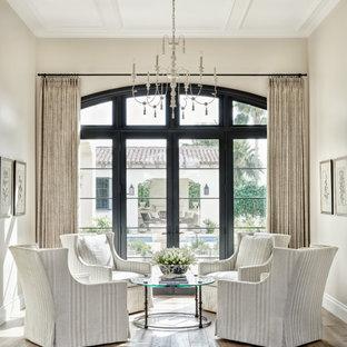 Mittelgroßes, Fernseherloses, Offenes Mediterranes Wohnzimmer mit beiger Wandfarbe, braunem Holzboden, beigem Boden und Kassettendecke in Phoenix