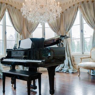 ニューヨークの大きいヴィクトリアン調のおしゃれな独立型ファミリールーム (ミュージックルーム、濃色無垢フローリング、テレビなし、白い壁) の写真