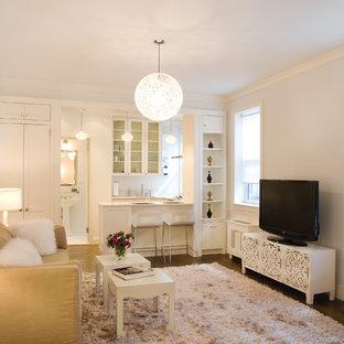 Foto de sala de estar abierta, actual, pequeña, con suelo de madera en tonos medios, televisor independiente, suelo marrón y paredes grises