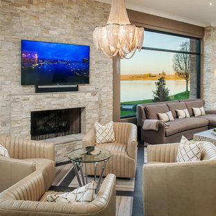 Idées déco pour une grande salle de séjour classique ouverte avec un mur marron, une cheminée standard, un manteau de cheminée en pierre, un téléviseur fixé au mur, un sol en carrelage de porcelaine et un sol beige.