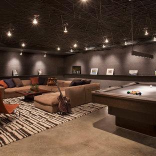 Idee per un ampio soggiorno minimal aperto con sala giochi, pareti marroni, nessun camino, nessuna TV e pavimento marrone