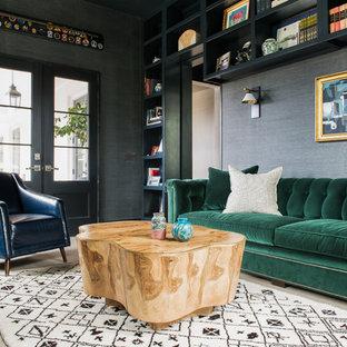 Cette photo montre une salle de séjour avec une bibliothèque ou un coin lecture chic fermée avec un mur noir et un sol en bois clair.