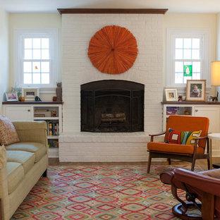 ウィルミントンのコンテンポラリースタイルのおしゃれなファミリールーム (ベージュの壁、無垢フローリング、標準型暖炉、レンガの暖炉まわり、茶色い床) の写真