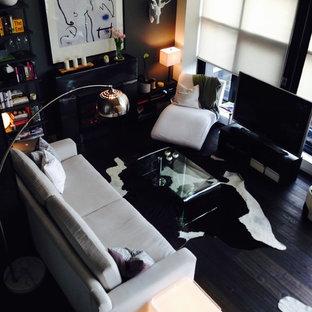 Ejemplo de sala de estar tipo loft, romántica, pequeña, sin chimenea, con paredes negras, suelo de madera oscura y televisor independiente