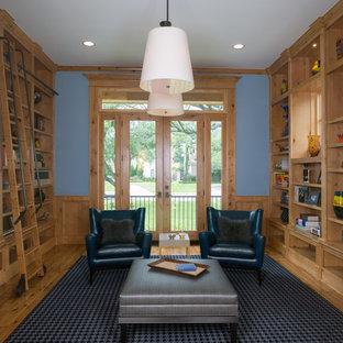 ヒューストンの中サイズのトラディショナルスタイルのおしゃれな独立型ファミリールーム (ライブラリー、青い壁、淡色無垢フローリング、暖炉なし、テレビなし) の写真