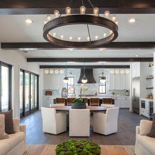 Modelo de sala de estar abierta, de estilo de casa de campo, de tamaño medio, sin chimenea, con paredes blancas, suelo de madera en tonos medios y suelo beige