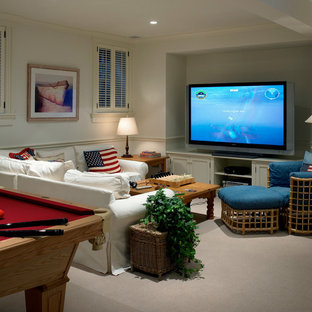 Foto di un grande soggiorno chic chiuso con sala giochi, pareti bianche, moquette e TV autoportante