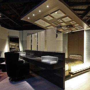 Modelo de sala de estar abierta, actual, con paredes beige