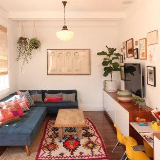 Immagine di un piccolo soggiorno moderno aperto con pareti bianche, parquet scuro, TV a parete, pavimento marrone e nessun camino