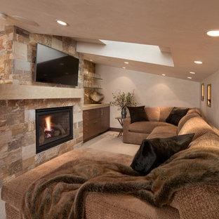 Ispirazione per un piccolo soggiorno moderno stile loft con pareti bianche, moquette, camino classico, cornice del camino in pietra e TV a parete
