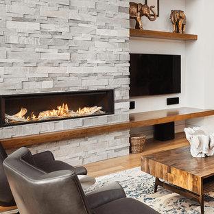 Idee per un soggiorno minimalista con pareti bianche, camino lineare Ribbon e cornice del camino in pietra