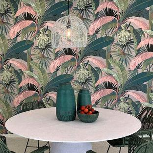 ブリスベンのトロピカルスタイルのおしゃれなファミリールームの写真