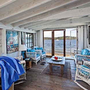 シアトルのビーチスタイルのおしゃれなファミリールーム (白い壁、無垢フローリング、暖炉なし、テレビなし) の写真