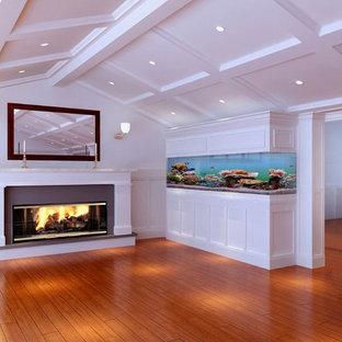 ロサンゼルスの中くらいのトランジショナルスタイルのおしゃれなオープンリビング (白い壁、濃色無垢フローリング、標準型暖炉、漆喰の暖炉まわり、テレビなし、茶色い床) の写真