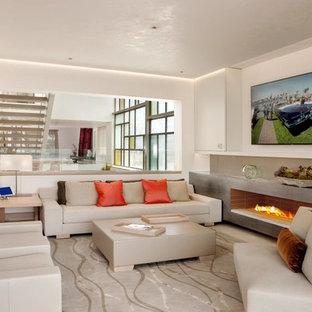 オレンジカウンティの中サイズのコンテンポラリースタイルのおしゃれなファミリールーム (白い壁、壁掛け型テレビ、横長型暖炉、コンクリートの暖炉まわり) の写真