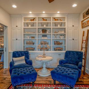 Modelo de sala de estar con biblioteca cerrada, campestre, pequeña, sin chimenea y televisor, con paredes blancas y suelo blanco