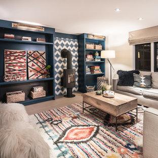 Diseño de sala de juegos en casa abierta, contemporánea, con paredes blancas, estufa de leña, marco de chimenea de baldosas y/o azulejos y suelo marrón
