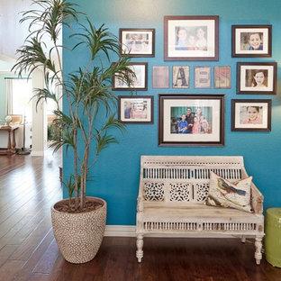 ダラスの広いコンテンポラリースタイルのおしゃれな独立型ファミリールーム (マルチカラーの壁、濃色無垢フローリング、標準型暖炉、タイルの暖炉まわり、埋込式メディアウォール、茶色い床) の写真