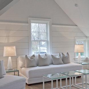 Cette image montre une salle de séjour rustique de taille moyenne avec un mur blanc, un sol en bois clair et aucune cheminée.