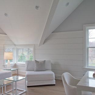 Imagen de sala de estar de estilo de casa de campo, de tamaño medio, sin chimenea, con paredes blancas y suelo de madera clara