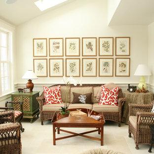 ボストンの中サイズのヴィクトリアン調のおしゃれなファミリールーム (白い壁、カーペット敷き、テレビなし) の写真