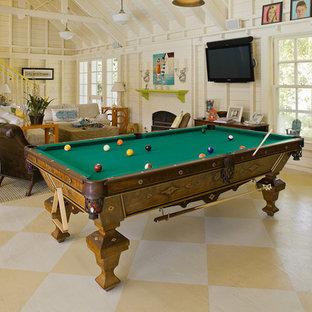 Esempio di un soggiorno in campagna con sala giochi, pavimento in legno verniciato e pavimento giallo
