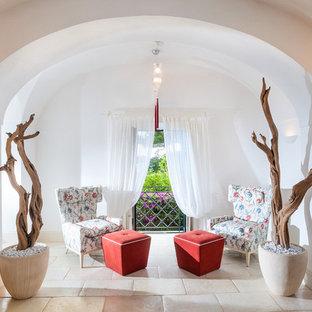 Foto de sala de estar abierta, mediterránea, pequeña, sin chimenea y televisor, con paredes blancas