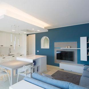 Aménagement d'une salle de séjour méditerranéenne de taille moyenne et ouverte avec un mur blanc, un sol en bois clair et un téléviseur fixé au mur.