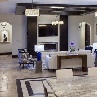 オーランドの大きいコンテンポラリースタイルのおしゃれなファミリールーム (白い壁、トラバーチンの床、標準型暖炉、レンガの暖炉まわり、壁掛け型テレビ) の写真