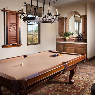 サンディエゴの大きい地中海スタイルのおしゃれなファミリールーム (ゲームルーム、ベージュの壁、テラコッタタイルの床、テレビなし) の写真