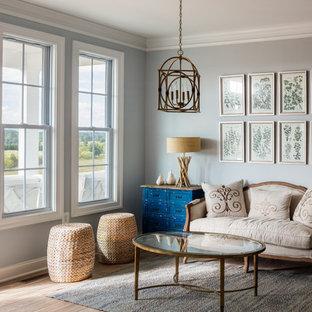 Idées déco pour une salle de séjour classique avec sol en stratifié, un sol marron et un mur gris.