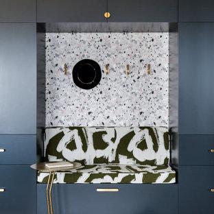 Ispirazione per un soggiorno contemporaneo con carta da parati, pareti multicolore e parquet chiaro