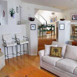 Ejemplo de sala de estar tradicional, pequeña, con paredes beige, suelo de madera clara, chimenea de esquina, marco de chimenea de baldosas y/o azulejos y televisor independiente