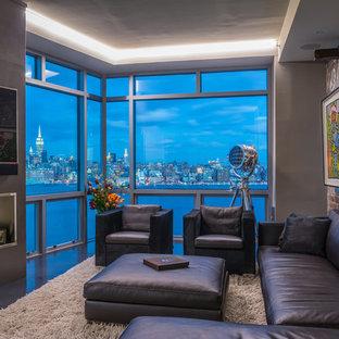 ニューヨークの中サイズのコンテンポラリースタイルのおしゃれなファミリールーム (ゲームルーム、セラミックタイルの床、横長型暖炉、コンクリートの暖炉まわり、壁掛け型テレビ) の写真
