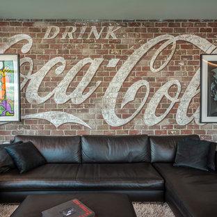 ニューヨークの中サイズのインダストリアルスタイルのおしゃれなファミリールーム (ゲームルーム、セラミックタイルの床、横長型暖炉、コンクリートの暖炉まわり、壁掛け型テレビ、マルチカラーの壁、黒い床) の写真