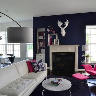 Exemple d'une salle de séjour tendance ouverte avec un mur bleu, une cheminée standard et un sol marron.