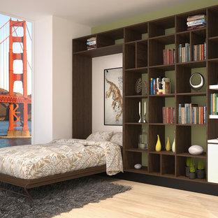 Idee per un soggiorno di medie dimensioni e stile loft con pareti bianche, parquet chiaro e pavimento beige