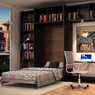 Foto di un soggiorno di medie dimensioni e stile loft con pareti bianche, parquet chiaro e pavimento beige