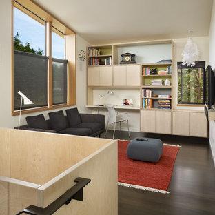 Esempio di un soggiorno moderno stile loft con pareti beige, parquet scuro, TV a parete e pavimento marrone