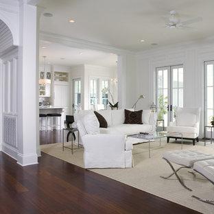 チャールストンのトラディショナルスタイルのおしゃれなファミリールーム (白い壁、濃色無垢フローリング、茶色い床) の写真