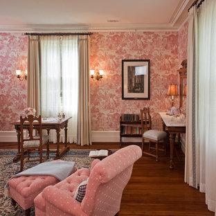 Klassisches Wohnzimmer mit rosa Wandfarbe und dunklem Holzboden in Boston