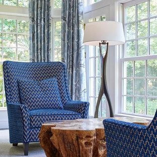Aménagement d'une grand salle de séjour classique ouverte avec aucun téléviseur, un mur blanc, un sol en bois foncé, aucune cheminée et un sol marron.