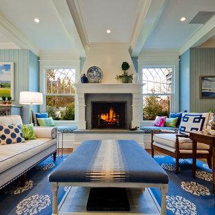 ワシントンD.C.のトラディショナルスタイルのおしゃれなファミリールーム (青い壁、標準型暖炉、壁掛け型テレビ) の写真