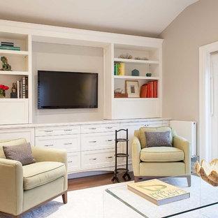 トロントの大きいトラディショナルスタイルのおしゃれなファミリールーム (ベージュの壁、無垢フローリング、暖炉なし、埋込式メディアウォール、茶色い床) の写真