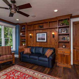 Réalisation d'une salle de séjour champêtre de taille moyenne et fermée avec un mur bleu, un sol en bois foncé et un sol marron.