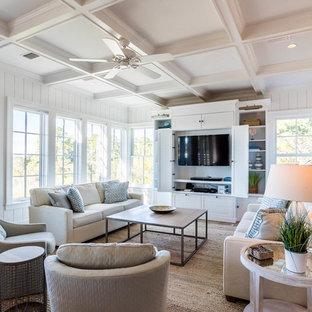 Idée de décoration pour une très grande salle de séjour marine avec un mur blanc, un téléviseur encastré, un sol marron et un sol en bois brun.